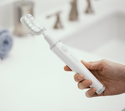 Chytrý kartáček Encompass je schopný vyčistit polovinu zubů najednou