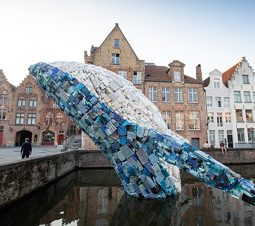 V Brugách se objevila obrovská socha velryby z plastového odpadu