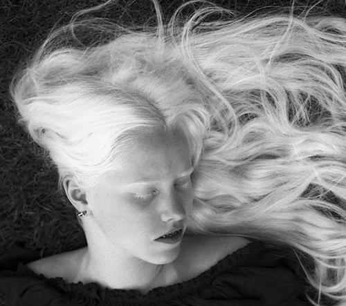 Sarah Seené fotí něžné portréty nevidomých a slabozrakých