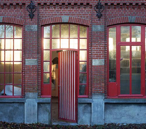 Designeři ze studia Muller Van Severen ukazují svůj domov v oranžérii z 19. století