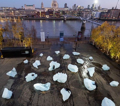 Olafur Eliasson přivezl do Londýna 24 tajících kusů ledu z Grónska jako varování