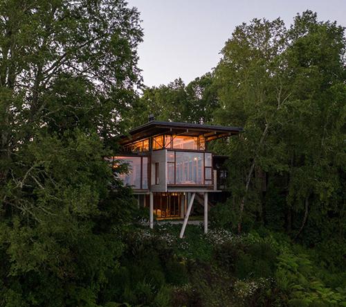 Studio Aguilo + Pedraza Arquitectos navrhlo v lesích Čile dechberoucí skleněný dům v korunách stromů