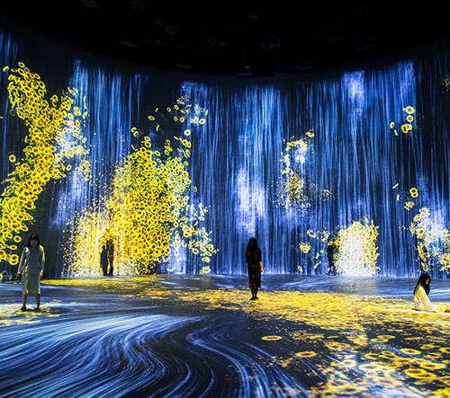 TeamLab vytvořil v Šanghaji obří instalaci digitálních vodopádů