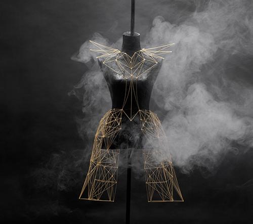 Designérka Alice Pegna navrhla experimentální kolekci oděvů a doplňků ze špaget
