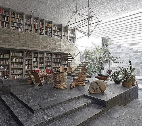 Sochař Reyes a návrhářka Fernández ukazují svůj jedinečný dům v Mexiku