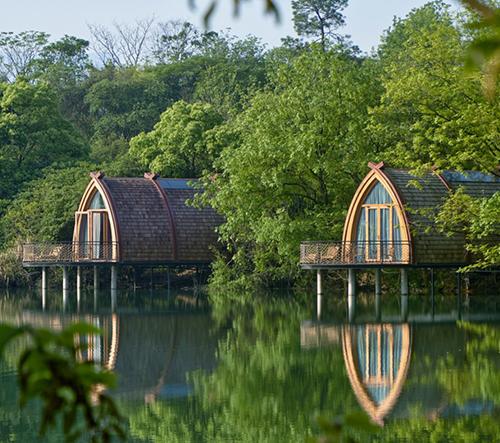 V Číně navrhli romantické ubytování na vodě inspirované tradičními plavidlemi