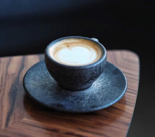 Berlinský start-up Kaffeeform využívá kávovou usazeninu k výrobě recyklovaných šálků