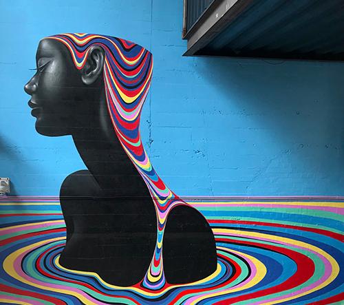 Gina Kiel vytváří velkoformátové psychedelické muraly