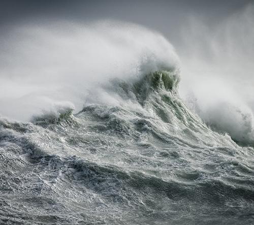 Rachael Talibart na svých dechberoucích záběrech zmrazuje rozbouřené vlny