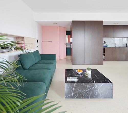 Whippets' Flat je design bydlení pro mladý pár s chrty v polských Katowicích