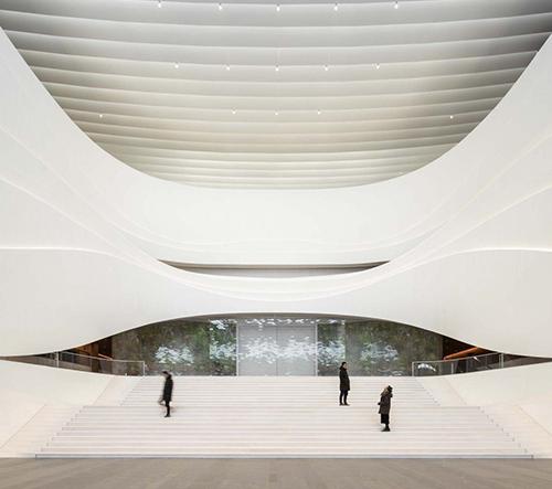 Pekingské kulturní centrum je vzdušné a moderní dílo plné rafinovaných křivek