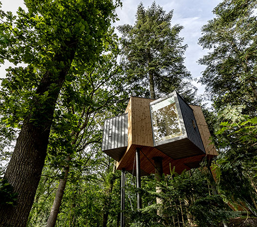 V Dánsku otevřeli hotel v korunách stromů Løvtag