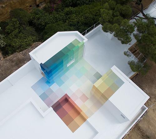 86+73 je barevné geometrické dílo italského umělce Alberonera
