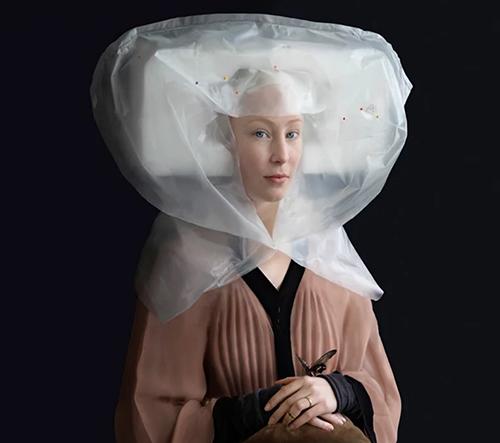 Suzanne Jongmans přetváří recyklované plastové obaly v renesanční kostýmy