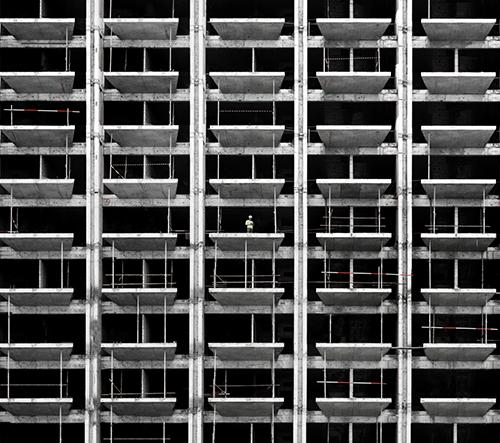 Gustav Willeit fotí hypnotizující geometrické fasády domů