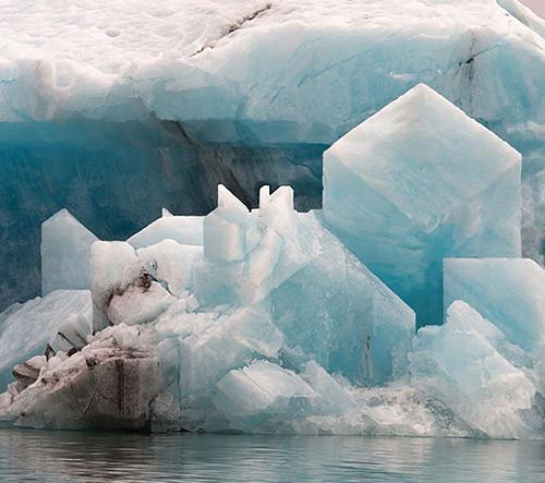 Vizuální umělec Hugo Livet přetváří fotky ledovců v geometrické umění