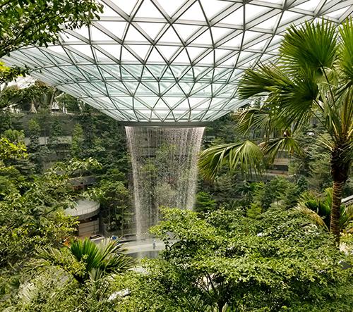 Singapurské letiště skrývá nejvyšší umělý vodopád světa
