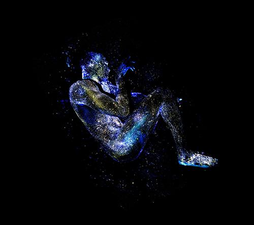 Mikael Owunna nafotil barevnou sérii lidských těl inspirovanou vesmírem