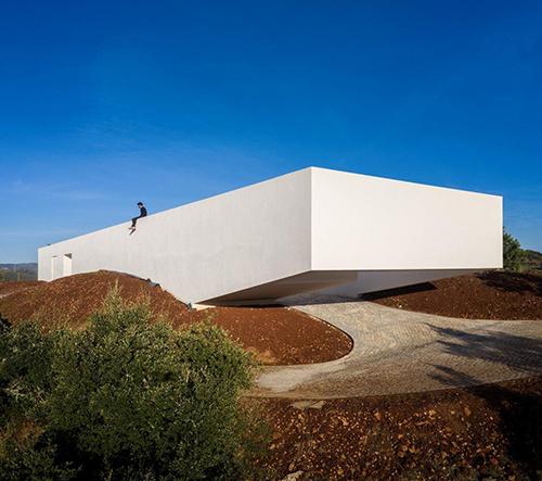 Vitor Vilhena navrhl v portugalském Algarve majestátní vilu na ruinách minulé stavby