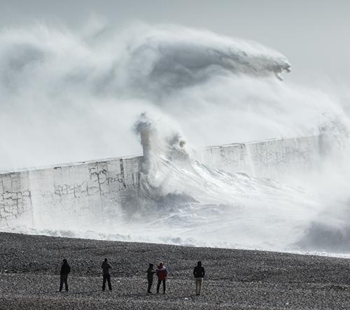 Rachael Talibart  fotí rozbouřené mořské vlny připomínající mýtické bohy a příšery