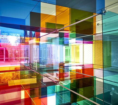 Umělecké duo Luftwerk navrhlo barevnou geometrickou translucentní instalaci