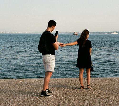 """Alexia Villard zachycuje v sérii """"The Tourists"""" pocity lidí, objevujících nová místa"""