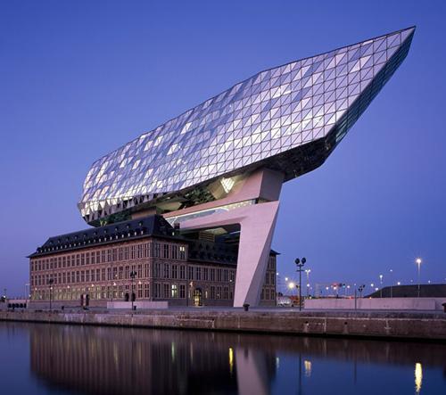 Port House v Antverpách od Zahy Hadid zachycen na fotografiích Hélène Binet
