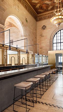 Banka v kanadském Montrealu se proměnila v kanceláře s kavárnou