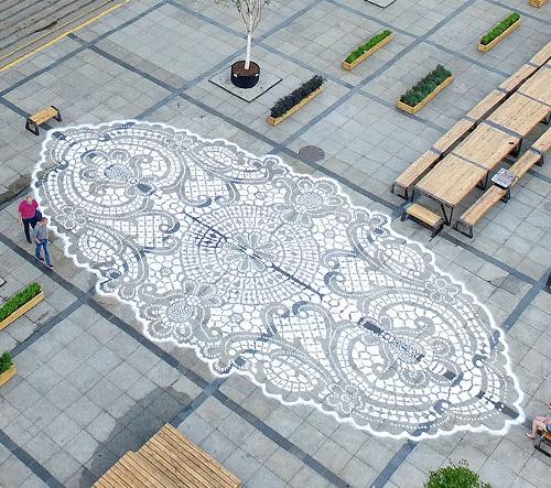Polská umělkyně NeSpoon vytvořila na ulici obrovskou krajku