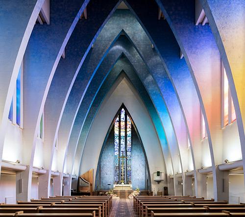 Fotograf Thibaud Poirier mapuje krásu architektury kostelů napříč Evropou i Asií