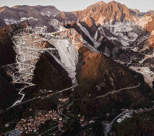 Majestátní krása italských mramorových dolů zachycena na fotkách Lucy Locatelliho