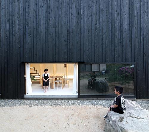 Dům v Japonsku byl navrhnut tak, aby své obyvatele spojoval blíž k sobě