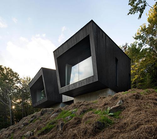 Studio Naturehumaine navrhlo v Kanadě dvojitou chatu z ohořelého dřeva