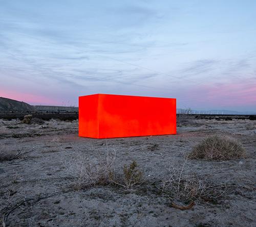 Americký umělec Sterling Ruby zasadil do odlehlého území Desert X monolitický fluorescenční kvádr
