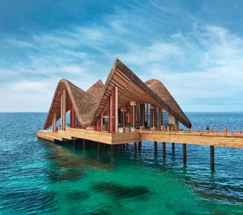 Na Maledivách vyrostl luxusní dovolenkový rezort inspirovaný místní lidovou architekturou