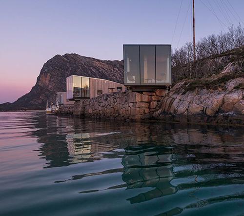 Na norském ostrově za polárním kruhem vyrostlo minimalistické dovolenkové ubytování pro nadšence přírody