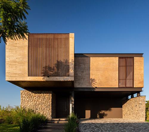 Studio Di Frenna Arquitectos navrhlo v Mexiku impozantní vilu Casa Nicté-Ha