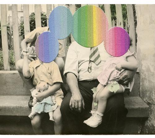 Londýnská umělkyně Julie Cockburn začleňuje barevné nítě do klasických fotografií
