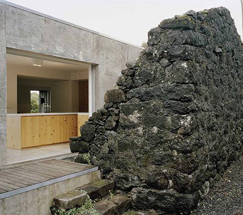 Prázdninový dům postavený kolem zříceniny