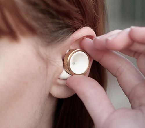 Nastavitelné ušní špunty umožňují snížit hlasitost okolitých zvuků