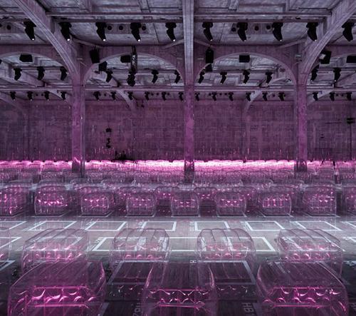 Prada opět překvapila prohlídkou nové pánské kolekce se scénou z růžových nafukovacích křesel