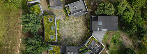 Casa Bruma je mexický koncept bydlení z devíti černých betonových bloků orientovaných kolem velkého dvoru
