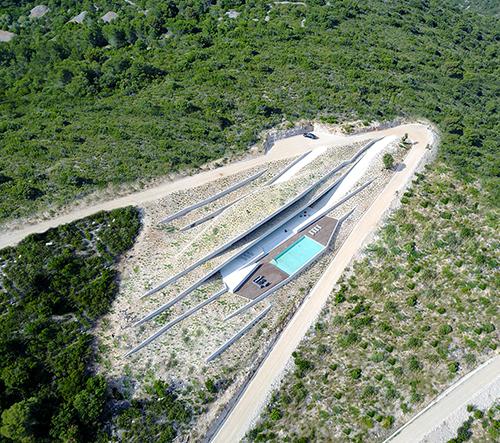 Na chorvatském ostrově Vis navrhli vilu zasazenou do terénu jako jeskyně