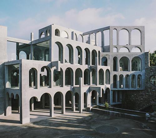 Španělský sochař Xavier Corberó ukazuje svůj post-industriální domov v Barceloně