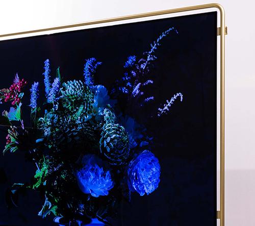 Loewe představilo ultra tenkou televizi s moderním zlatým rámečkem