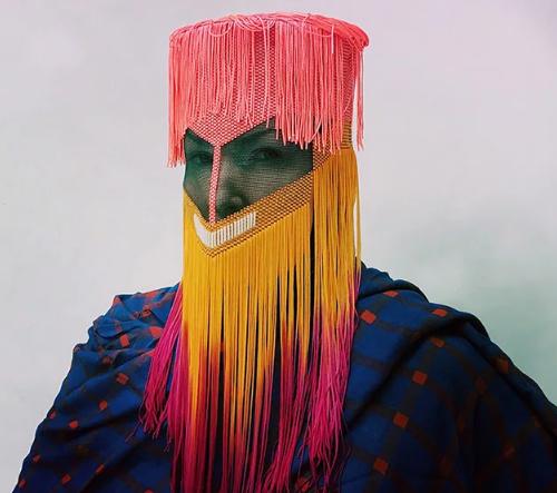 Norský umělec Damselfrau navrhuje tajemné masky s příběhy
