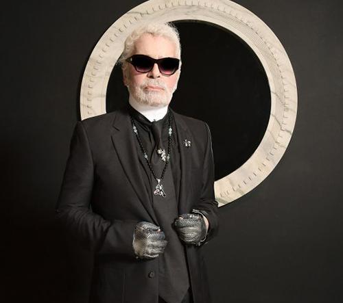 Zemřela ikona módního designu současnosti - Karl Lagerfeld. Jaké byly jeho nejpůsobivější přehlídky?