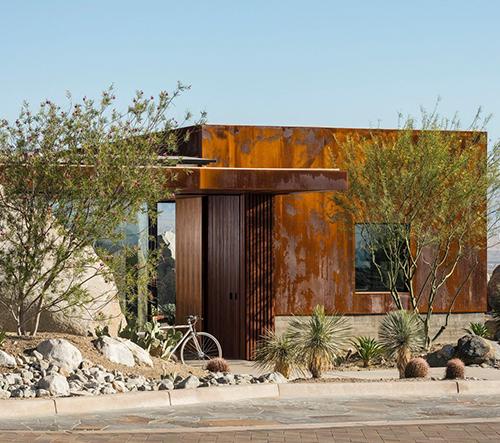 Sean Lockyer navrhl rezavou vilu v americké poušti inspirovanou ikonickým bydlením v Palm Springs