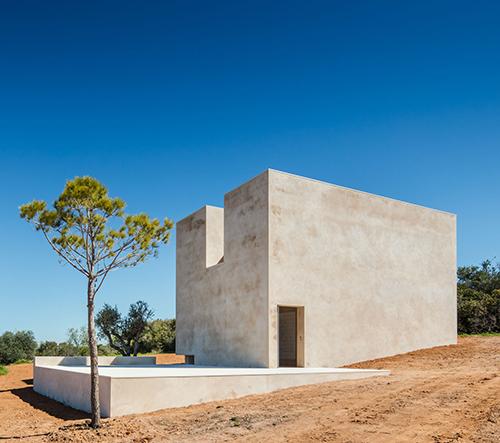 Álvaro Siza Vieira postavil na svahu kopce samoudržitelnou kapli