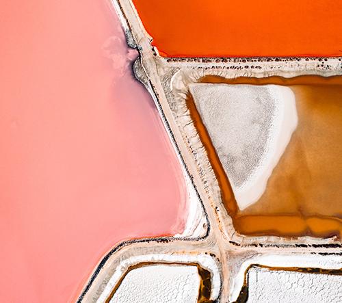 Pestrobarevné slané nádrže z ptačího pohledu jsou k nerozeznání od abstraktních obrazů